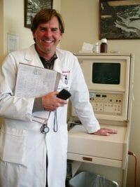 lekarz stoi przy laserze