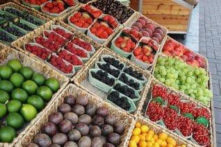 owoce w koszykach na straganie