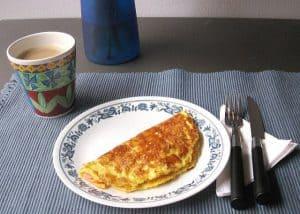omlet i kubek kawy