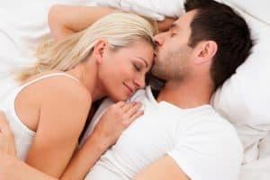 kobieta przytulona do mężczyzny