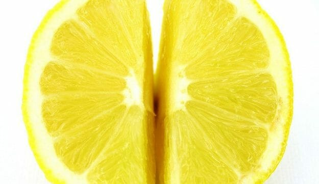 dwie ćwiartki cytryny