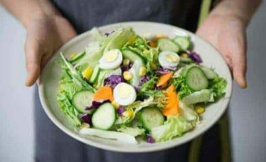 zdrowa sałatka warzywna z jajkami