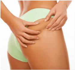 kobieta sprawdza czy ma cellulit