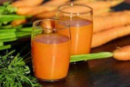 sok z marchwi w szklance