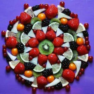 owoce ułożone na talerzu