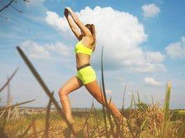 kobieta ćwiczy na świeżym powietrzu