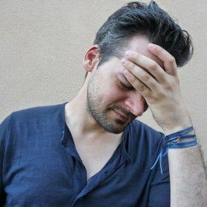 mężczyznę boli głowa