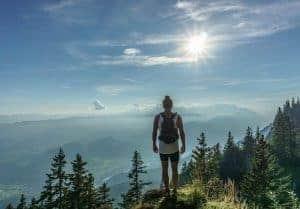 kobieta w górach patrzy na słońce