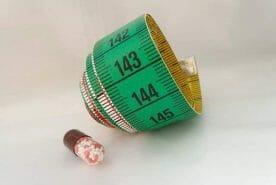zwinięta miarka i tabletka