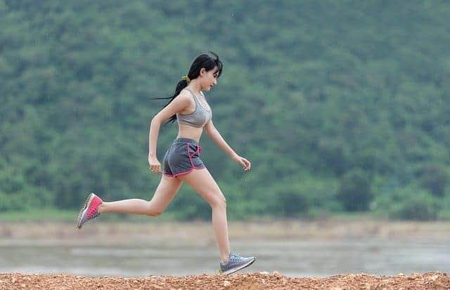 biegnąca kobieta, aktywność fizyczna