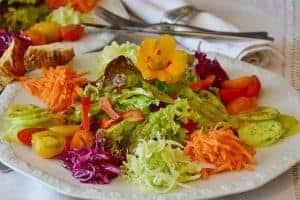 sałatka z warzyw na talerzu