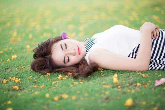 kobieta leży na łące