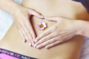 kobieta z kwiatkiem na brzuchu