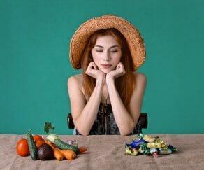 Kobieta zastanawia się, czy zjeść cukierki czy warzywa