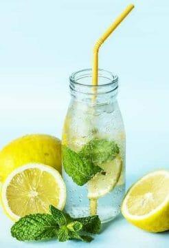 butelka wody z cytryną i miętą