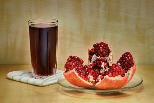 sok w szklance i pokrojone owoce