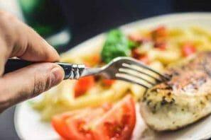 filet z kurczaka i pomidory