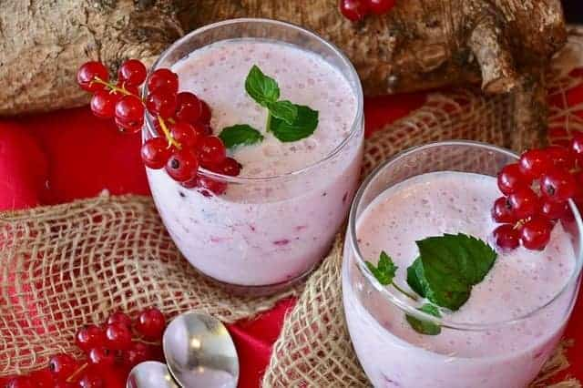 Koktajl owocowo-mleczny z porzeczkami