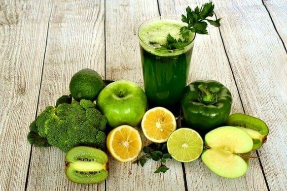 koktajl warzywny, warzywa i owoce na stole