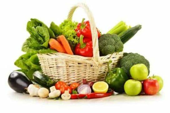 warzywa w wiklinowym koszyku