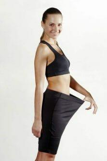 kobieta pokazuje ile schudła