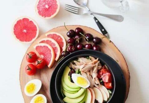 zdrowe potrawy na tacy