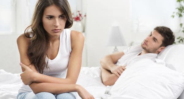 mężczyzna i kobieta w łóżku