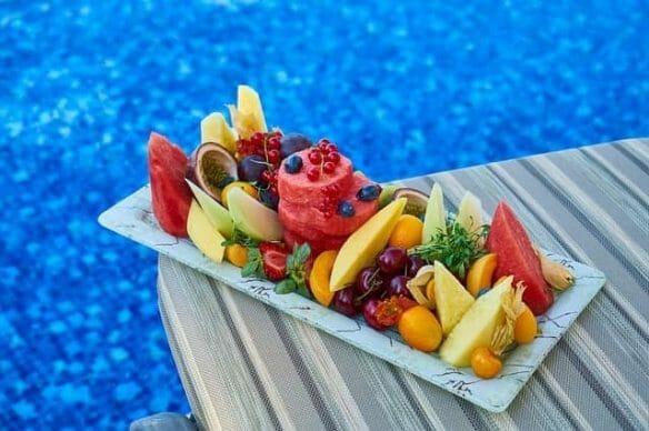 Pokrojone owoce na tacy