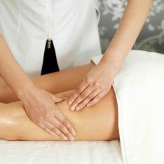 kobieta robi masaż nóg
