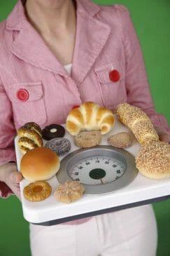 kobieta niesie ciastka na wadze