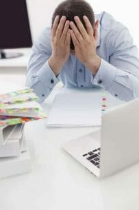 zmęczony mężczyzna przy biurku