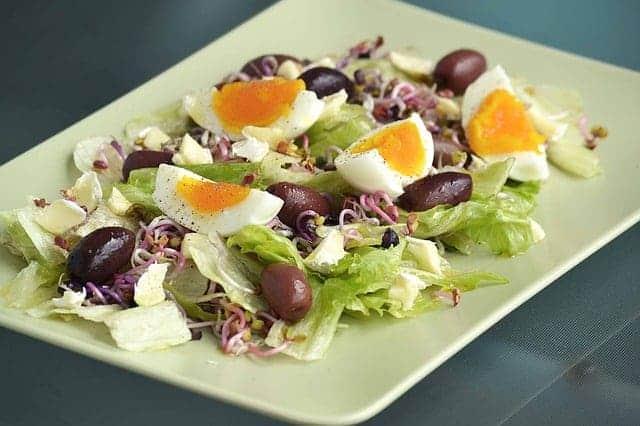 sałatka z oliwkami i jajkami na twardo