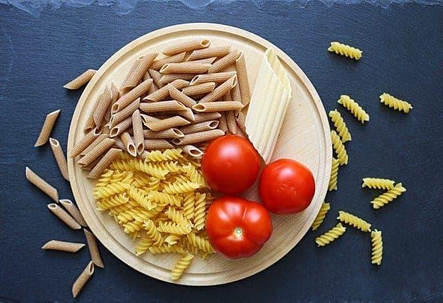 makaron i pomidory w misce