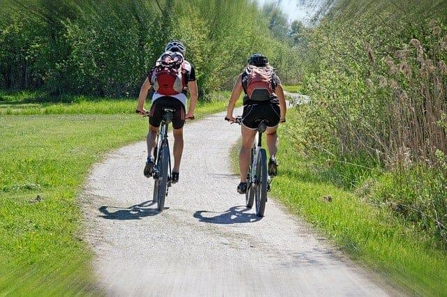 aktywność, ludzie jadący na rowerach