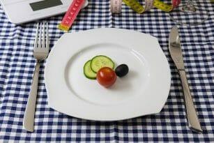 warzywa na talerzu, nóż i widelec