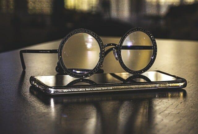 Okulary leżące na smartfonie