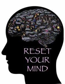 Ilustracja przedstawiająca głowę, zarys mózgu i napis: reset your mind