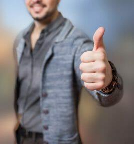 mężczyzna pokazujący kciukiem gest ok