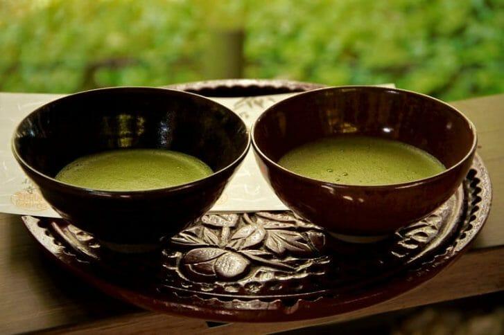 herbata matcha w filiżankach