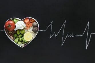 zdrowe jedzenie w misce w kształcie serca