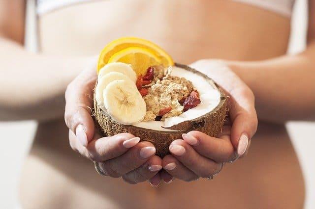 kobieta w dłoniach trzyma dietetyczny deser