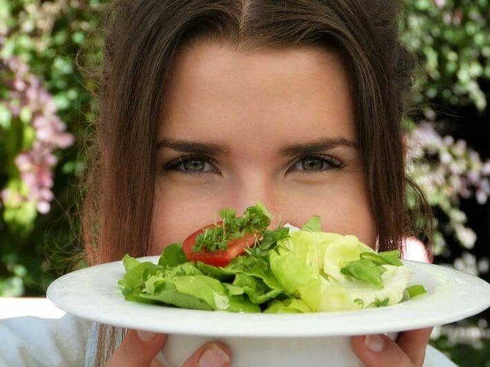 kobieta trzyma talerz z sałatką