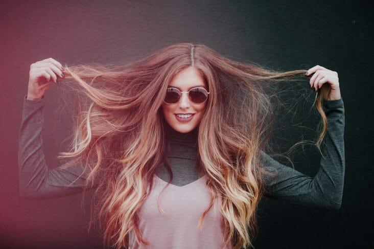 uśmiechnięta kobieta z długimi, pięknymi włosami