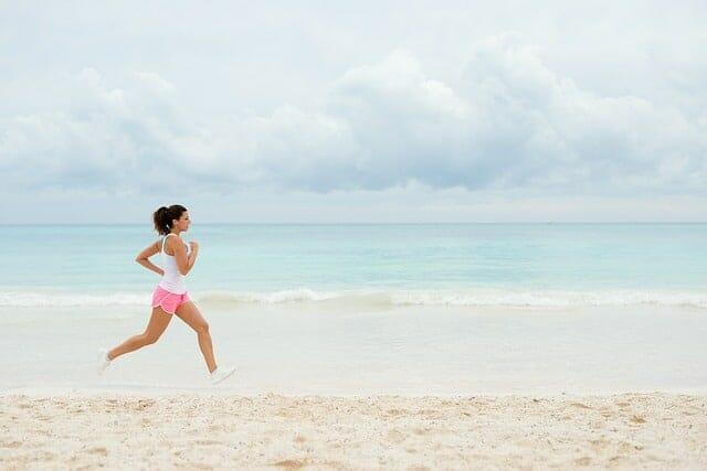 kobieta biega po plaży