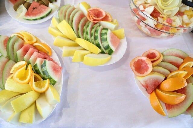 pokrojone owoce na salaterkach
