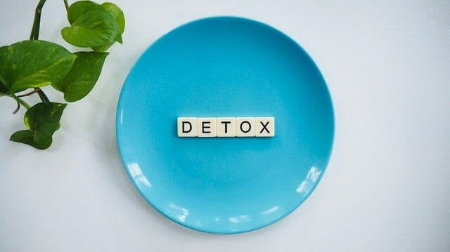 """napis """"detox"""" ułożony na talerzu"""