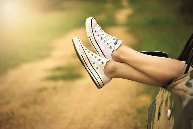 nogi w tenisówkach