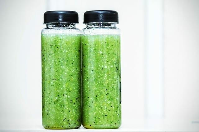 zielone smoothie w butelkach