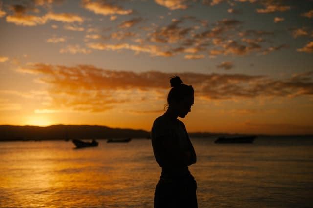 smutna kobieta spaceruje po plaży