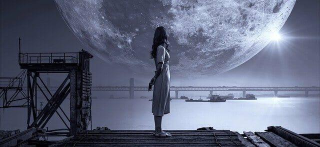 rzeczywistość senna, kobieta nad wodą, w tle wielki księżyc w pełni